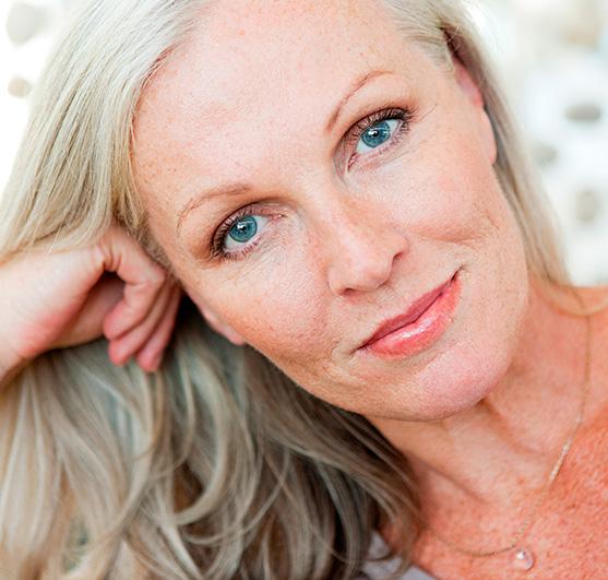 Cheveux gris ou blancs, n'ayez plus peur de les assumer en suivant quelques conseils simples !
