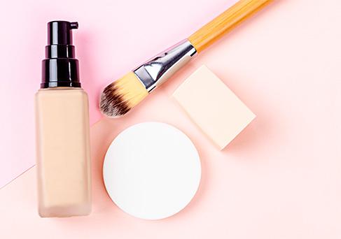 Appliquez votre crème teintée comme à votre habitude : au doigt, au pinceau ou à l'éponge.