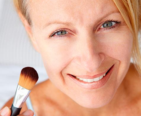 Un maquillage naturel pour avoir l'air plus jeune.