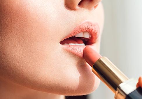 Apportez la touche finale à votre maquillage avec un rouge à lèvre qui aura en plus l'avantage d'hydrater vos lèvres.